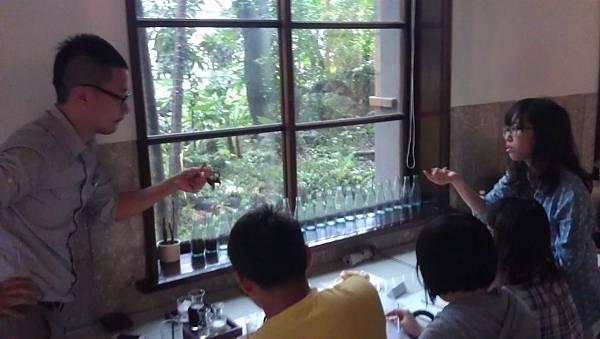 2.小瑜正拿著自己手作的商品與Winner老師討論!