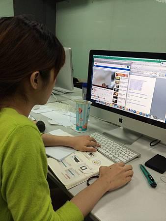 王韻茹在撰思見習的認真模樣