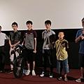 右至左依序,黃嘉俊導演、順輝老師小兒子、有為、有倫、士豪、順輝老師、立芹老師,一同與大家分享當時最初的感動