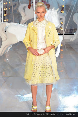 woman-paris-fashion-week-spring-summer-2012-louis-vuitton-05.jpg