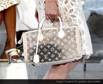 Woman-Paris-Fashion-Week-Spring-Summer-2012-Louis-Vuitton-01.jpg
