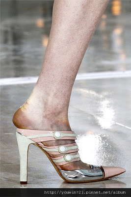 Woman-Paris-Fashion-Week-Spring-Summer-2012-Louis-Vuitton-04.jpg