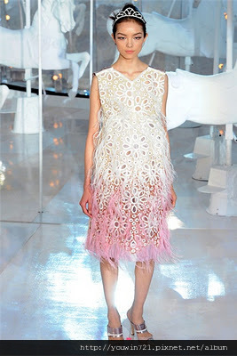 woman-paris-fashion-week-spring-summer-2012-louis-vuitton-07.jpg