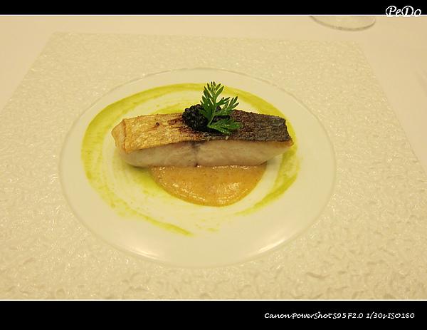 龜山島午魚佐青豆泥醬襯烏魚子醬