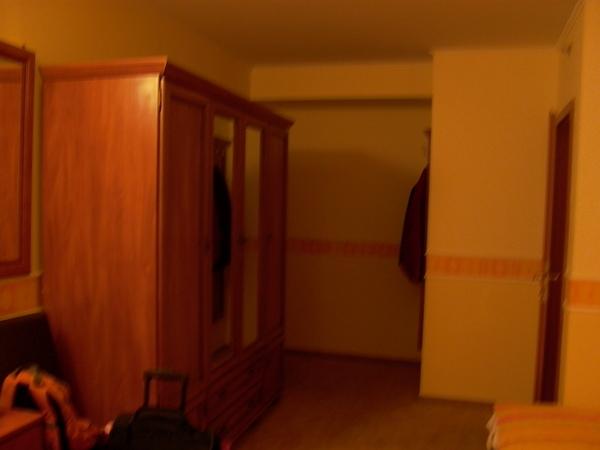 很大的一個衣櫃 右邊門進去是衛浴