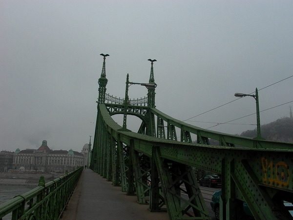 過了橋 對面就是佩斯