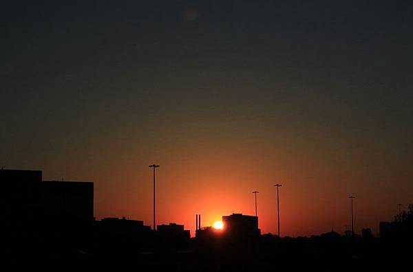 日出。城市的稜線