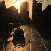 清晨,無人的街道、日出、輕軌電車。