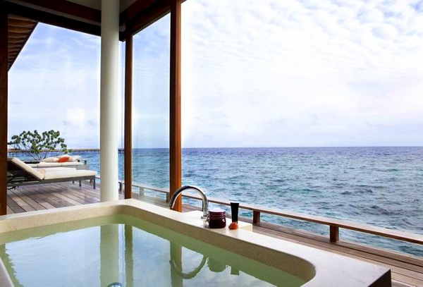 調整大小Alila_Villas_Hadahaa_-_Aqua_Villa_-_view_from_bathroom_(H).jpg