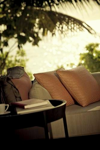 調整大小Alila_Villas_Hadahaa_-_sofa_in_the_Island_Villa (H).jpg