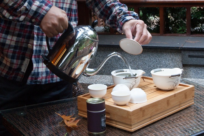 早晨木屋外泡茶