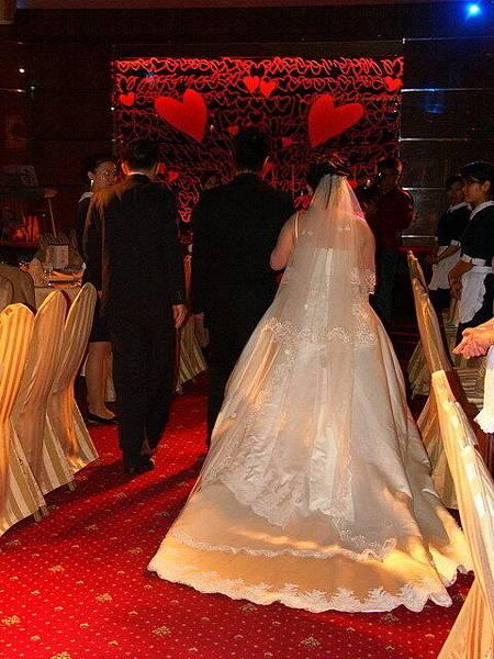 新娘與新郎走向主桌排演中