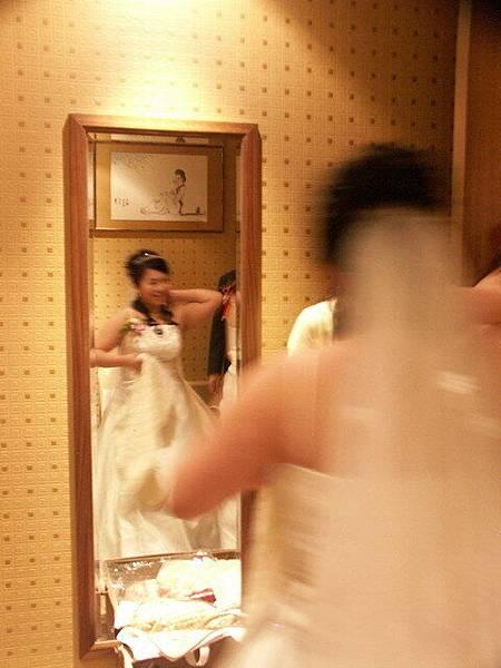 在休息室搔首弄姿的新娘