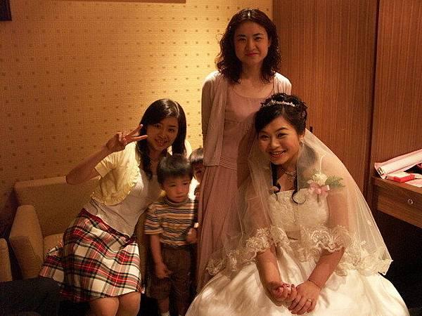 新娘與朋友以及害羞的雙胞胎