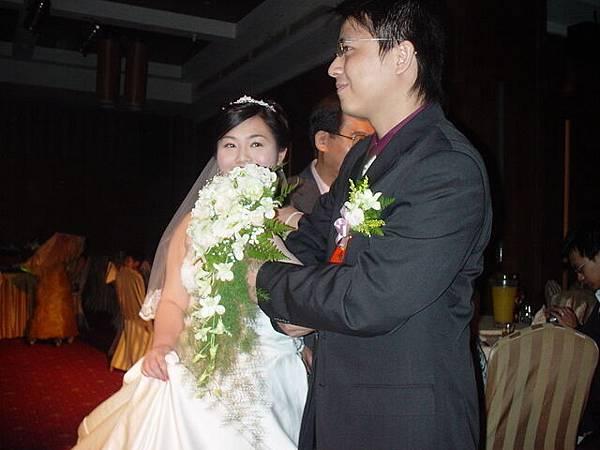 新娘的手已經交到新郎手中