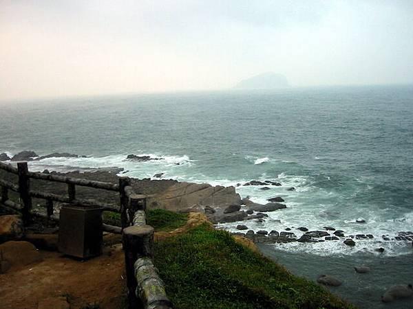 遠端霧茫茫的是基隆嶼
