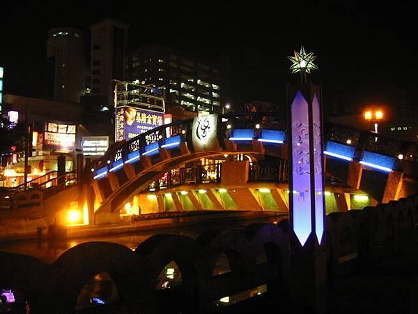 就是在這座橋上拍的夜景唷