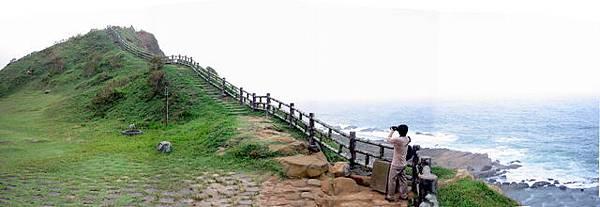 過了這個小山丘就可以看到遠遠的小涼亭