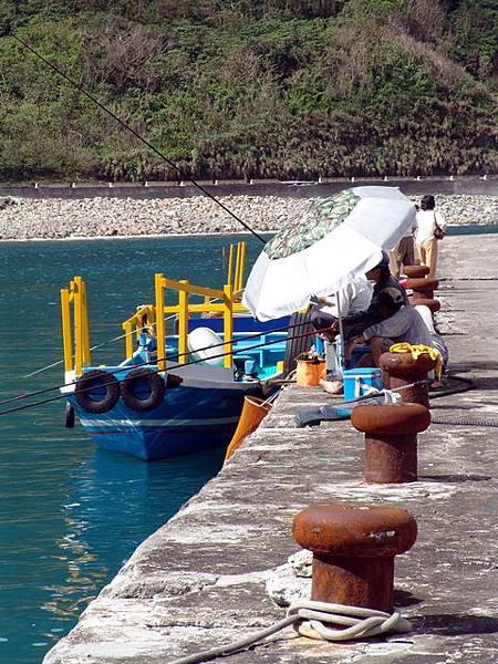 粉鳥林漁港 - 悠閒的釣魚客