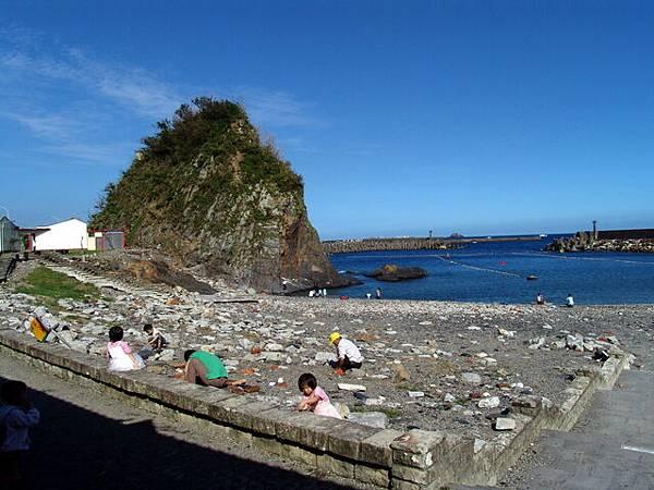 豆腐岬遊玩的孩子跟游泳區