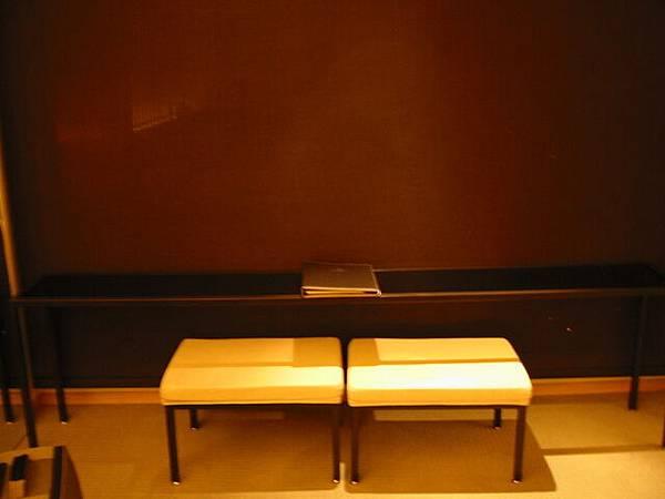 台中清新飯店房間內面對落地窗的小側桌
