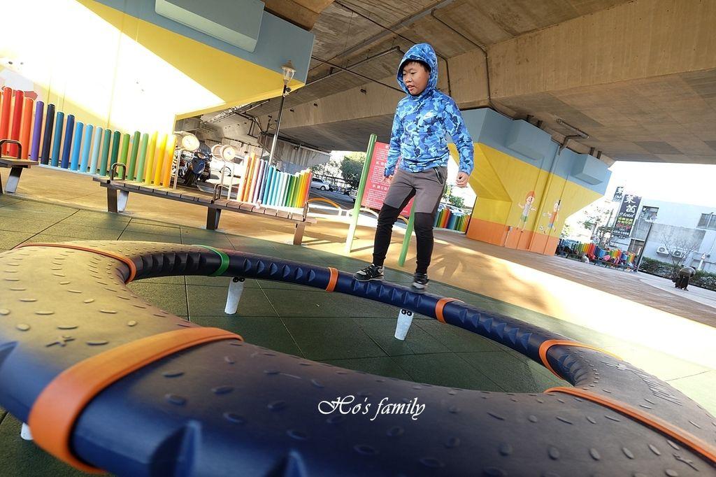 【桃園親子景點】國道橋下新秘境公園遊戲場~舞動園區6.JPG