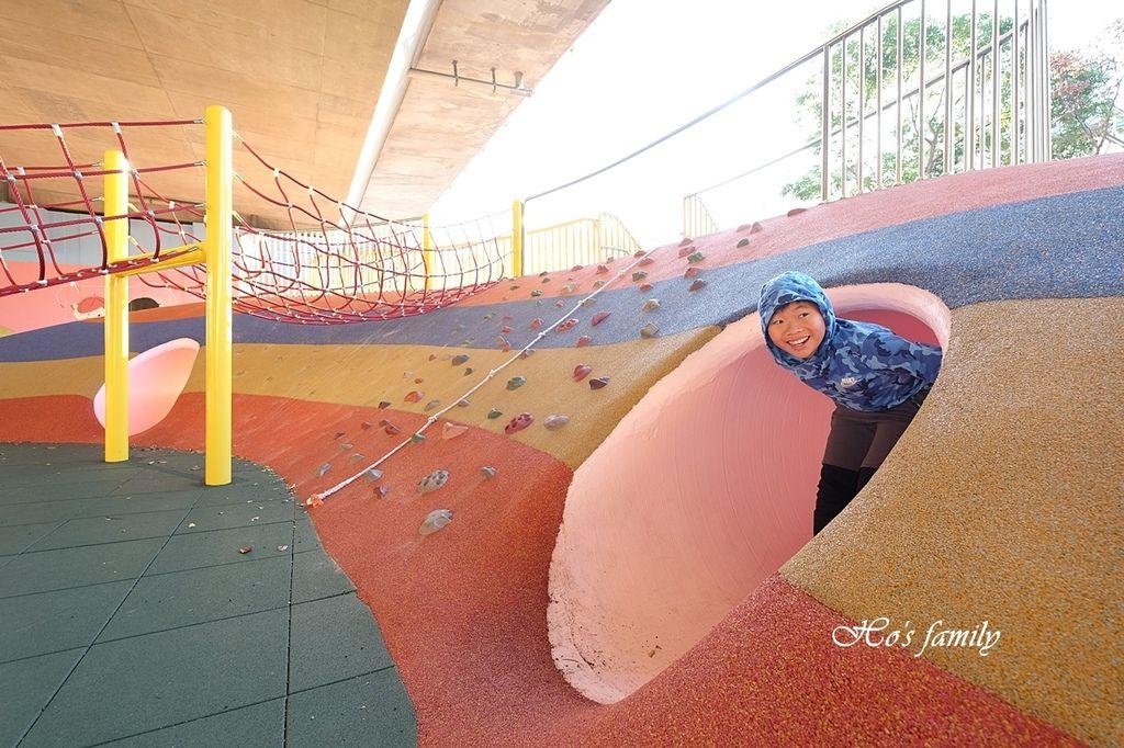 【桃園親子景點】國道橋下新秘境公園遊戲場~舞動園區10.JPG