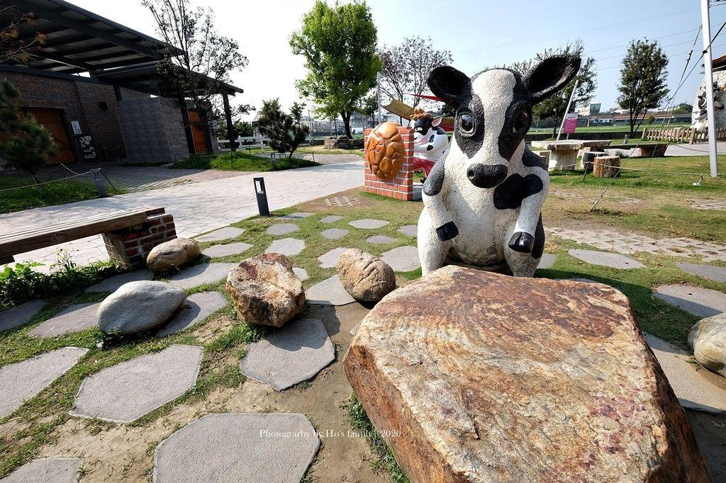 【雲林親子景點】千巧谷牛樂園牧場~免門票親子農場進距離親近餵乳牛、玩沙4.JPG