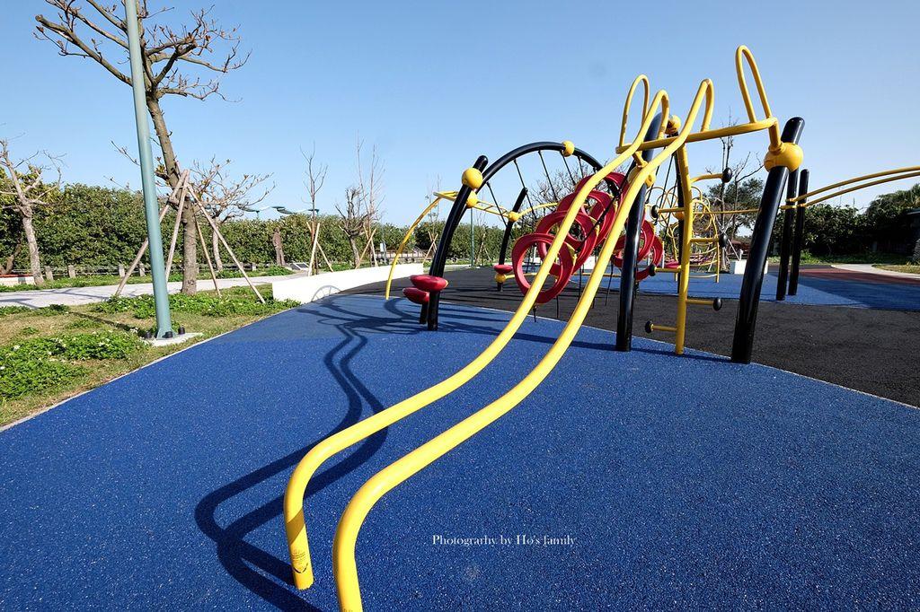 【新竹親子景點】港南運河公園遊戲場(港南運河風景區)~大型攀爬架等5大遊具好放電!兒童交通公園玩滑步車、玩水、騎單車野餐3.JPG