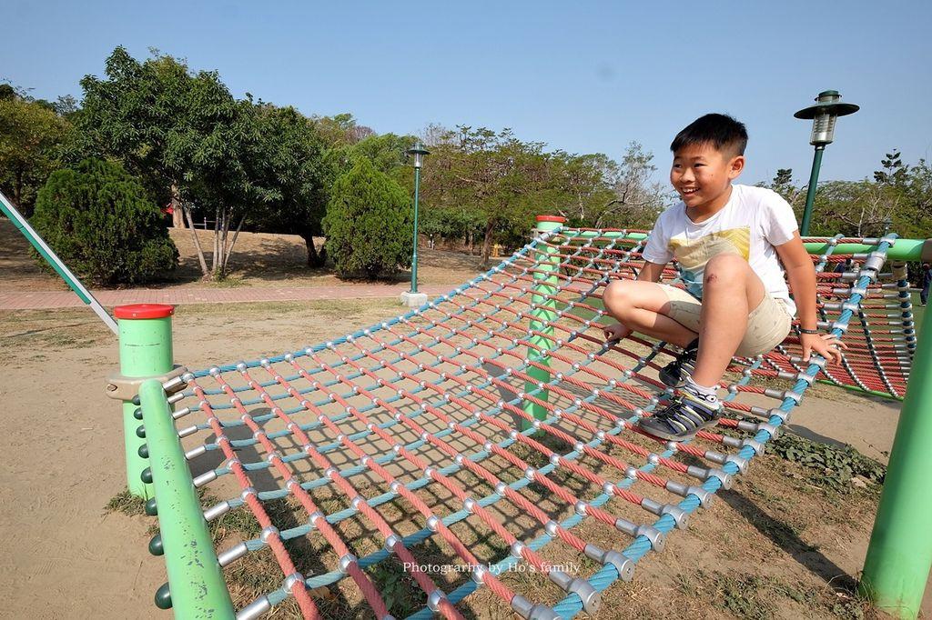 【台南親子景點】明和公園~台南首座地景遊戲場!高速水管溜滑梯、攀爬網、高空溜索,野餐玩公園一日遊11.JPG