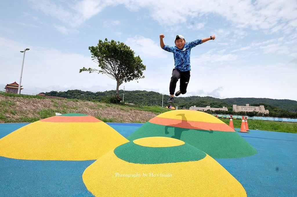 【台北親子公園】大佳河濱公園海洋遊戲場~全國最大河濱共融遊樂場!玩水玩沙野餐騎腳踏車一次滿足17.JPG