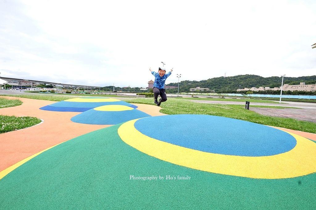 【台北親子公園】大佳河濱公園海洋遊戲場~全國最大河濱共融遊樂場!玩水玩沙野餐騎腳踏車一次滿足42.JPG