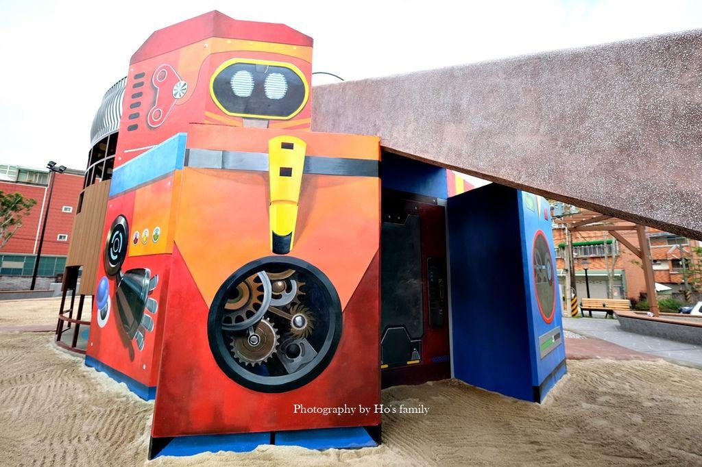 【新北鶯歌親子景點】鳳鳴公兒二公園~機器人遊戲場ROBOT CITY機器人城市主題磨石溜滑梯、攀岩、沙坑12.JPG