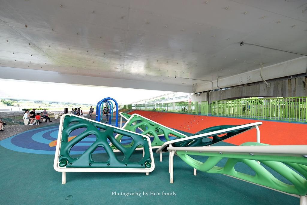 【台北士林親子公園】日光水岸廣場~玩遊戲場不怕曬!橋下特色公園共融遊具、沙坑玩沙、籃球場,運動騎單車7.JPG