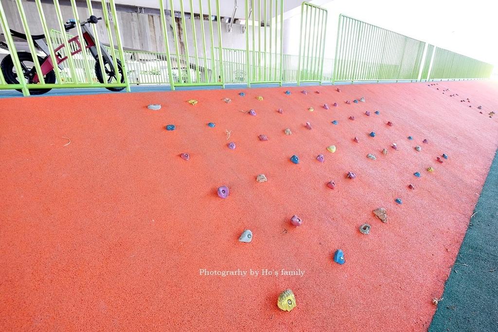 【台北士林親子公園】日光水岸廣場~玩遊戲場不怕曬!橋下特色公園共融遊具、沙坑玩沙、籃球場,運動騎單車14.JPG