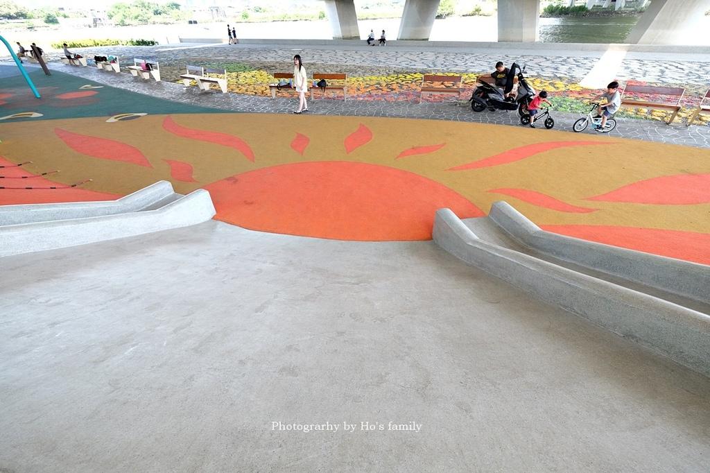 【台北士林親子公園】日光水岸廣場~玩遊戲場不怕曬!橋下特色公園共融遊具、沙坑玩沙、籃球場,運動騎單車19.JPG