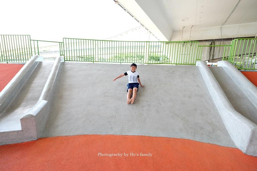 【台北士林親子公園】日光水岸廣場~玩遊戲場不怕曬!橋下特色公園共融遊具、沙坑玩沙、籃球場,運動騎單車21.JPG