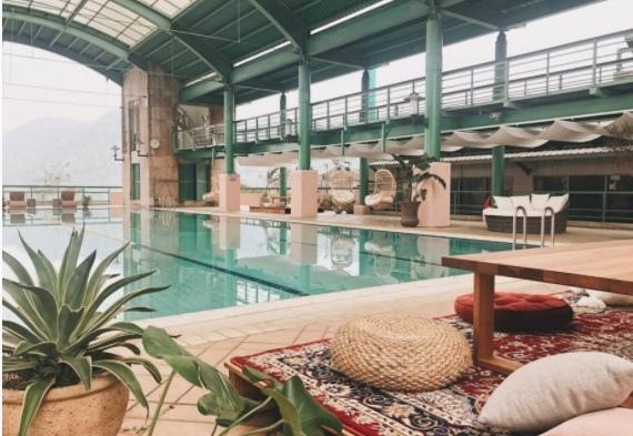 石門水庫福華的渡假飯店游泳池.jpg