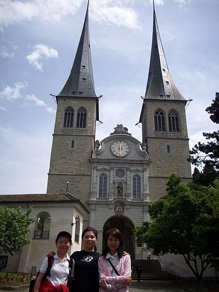 3人在郝夫教堂留影 233.jpg