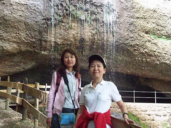 石洞瀑布前二人合影 270.jpg