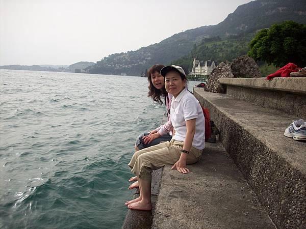 二個女人在泡腳玩水 278.jpg