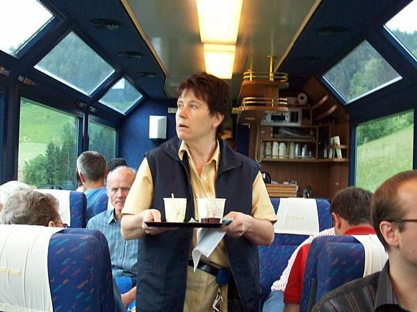 人愈來愈多車內附有咖啡 623.jpg