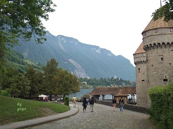 古堡往下走可到湖邊 656.jpg