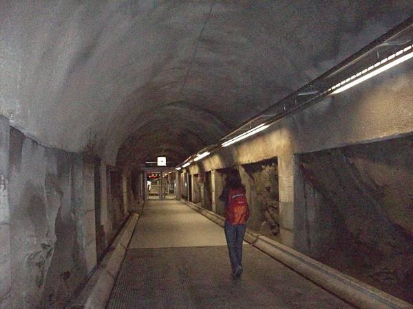 通過地下道要去搭纜車 896-1.jpg