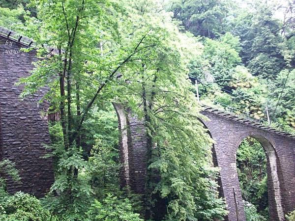 拱橋上建的纜車軌道 1135.jpg