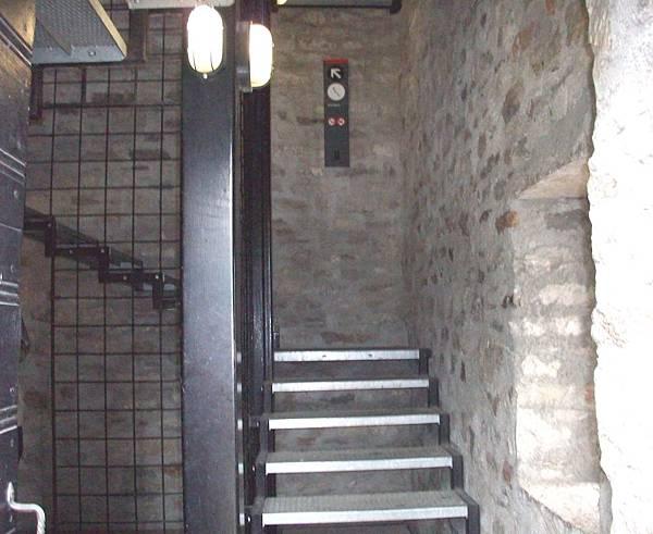 走樓梯到頂端 1194.jpg