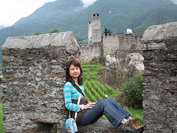 夥伴在大古堡城門留影 1210.jpg