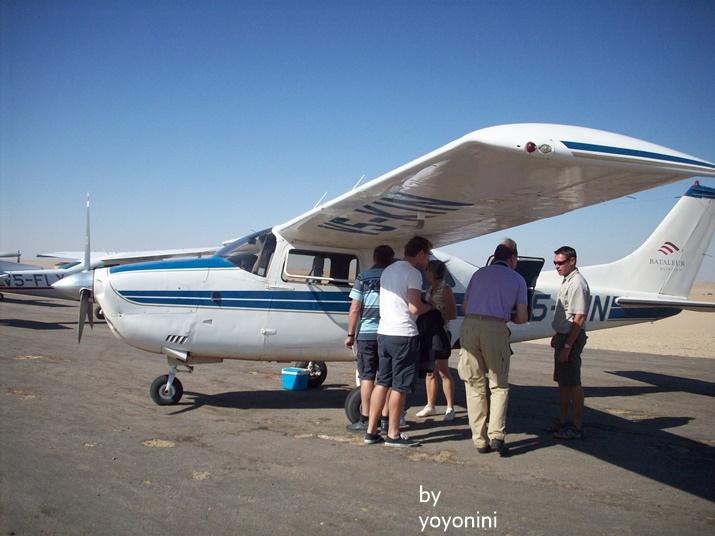 100_3247迦恩搭小飛機.JPG