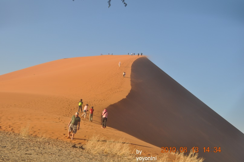 DSC_0475拍團員走上45沙丘.JPG