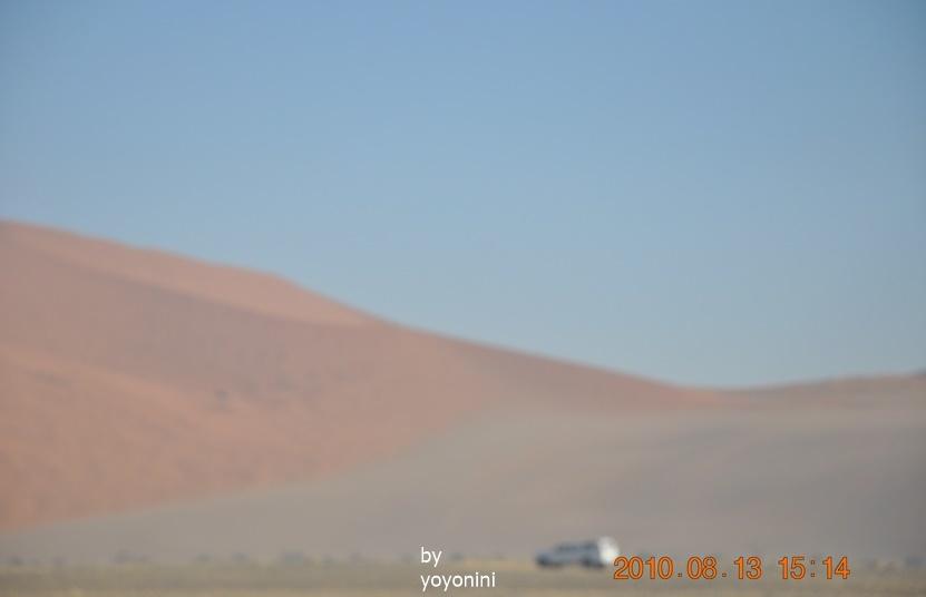 DSC_0563-1拍到車子與紅沙漠.JPG